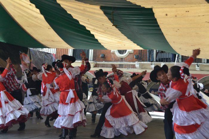 メキシコダンスコンテスト女性をリードする男子2の写真