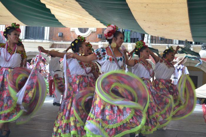 メキシコダンスコンテスト踊る女性1の写真