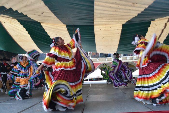 メキシコダンスコンテスト踊る女性3の写真