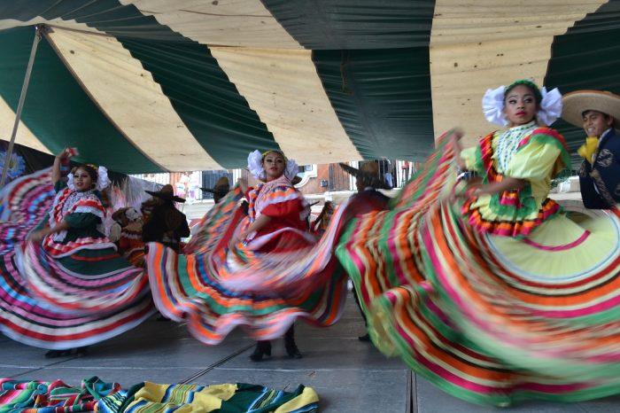 メキシコダンスコンテスト踊る女性2の写真