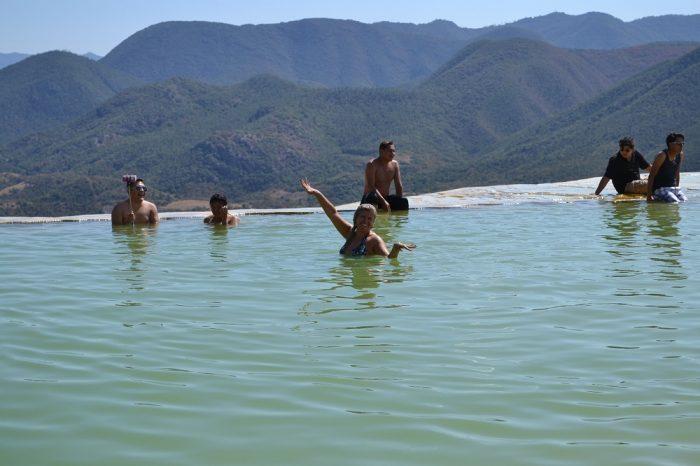 イエルベ・エル・アグアの天然プールで泳ぐ人の写真