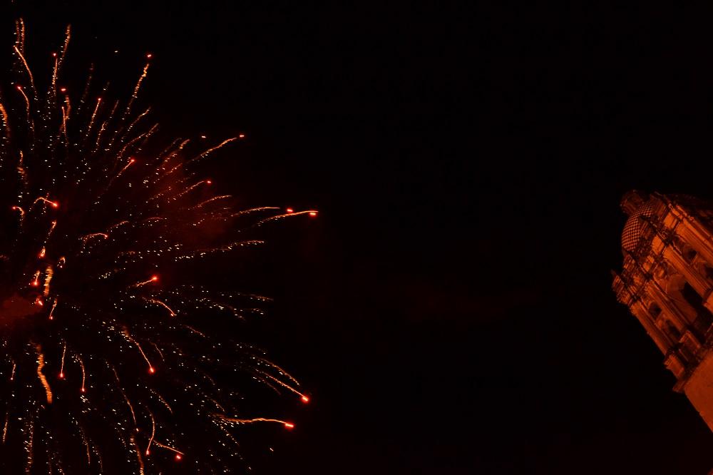 メキシコ・オアハカの結婚式の打ち上げ花火の写真