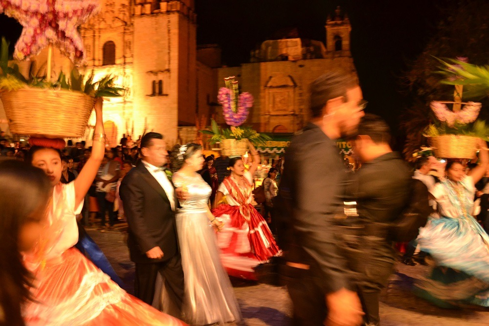 メキシコ・オアハカの結婚式町へ繰り出す写真
