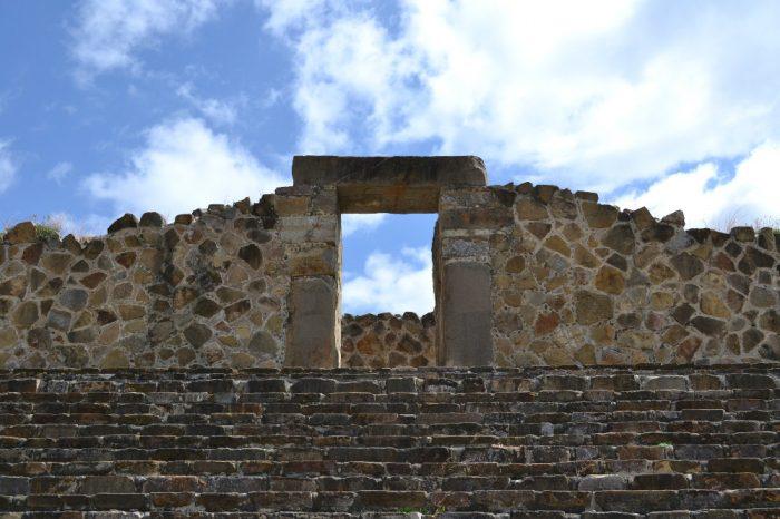 モンテ・アルバン遺跡と空の写真