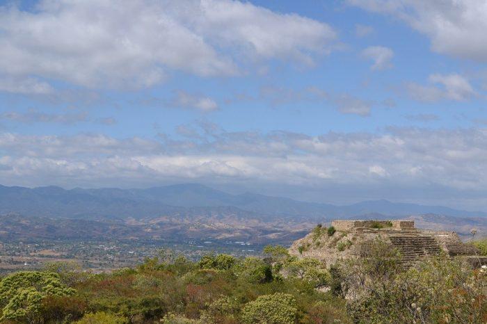 モンテ・アルバン遺跡とその周りの写真