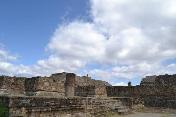 モンテ・アルバン遺跡崩れた建物の写真