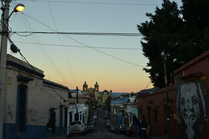 メキシコ・オアハカの路上縦列駐車の写真