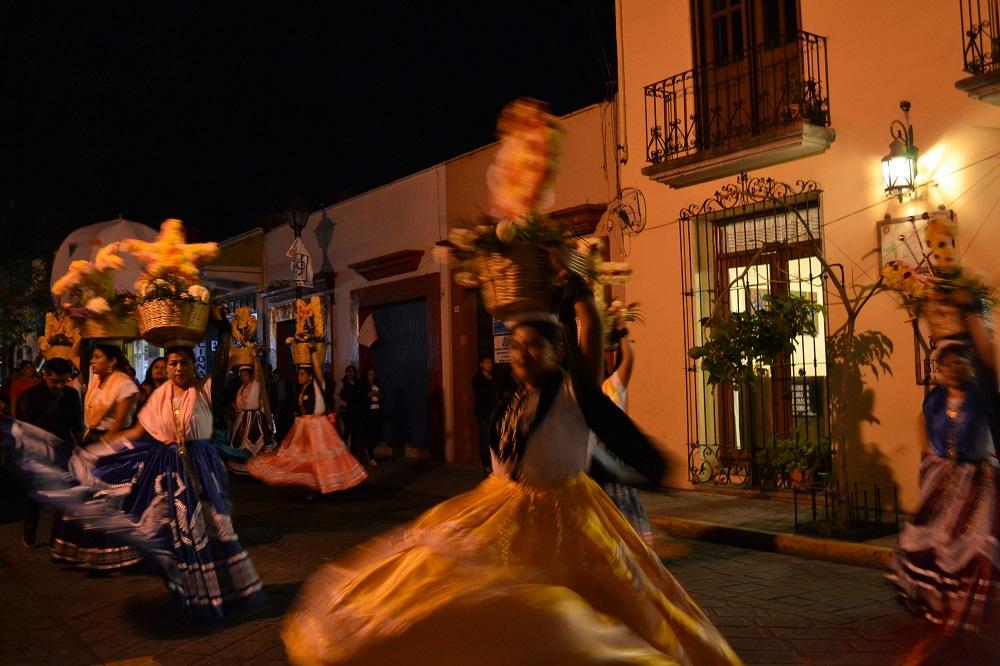 オアハカ・メキシコ革命のパレード(踊る踊り子)の写真