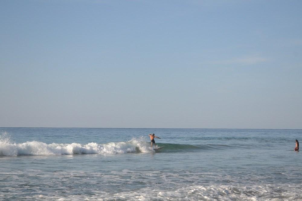 メキシコ・シポリテでサーフィンしてる人の写真
