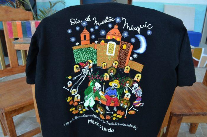 メキシコシティで買った死者の日Tシャツの写真