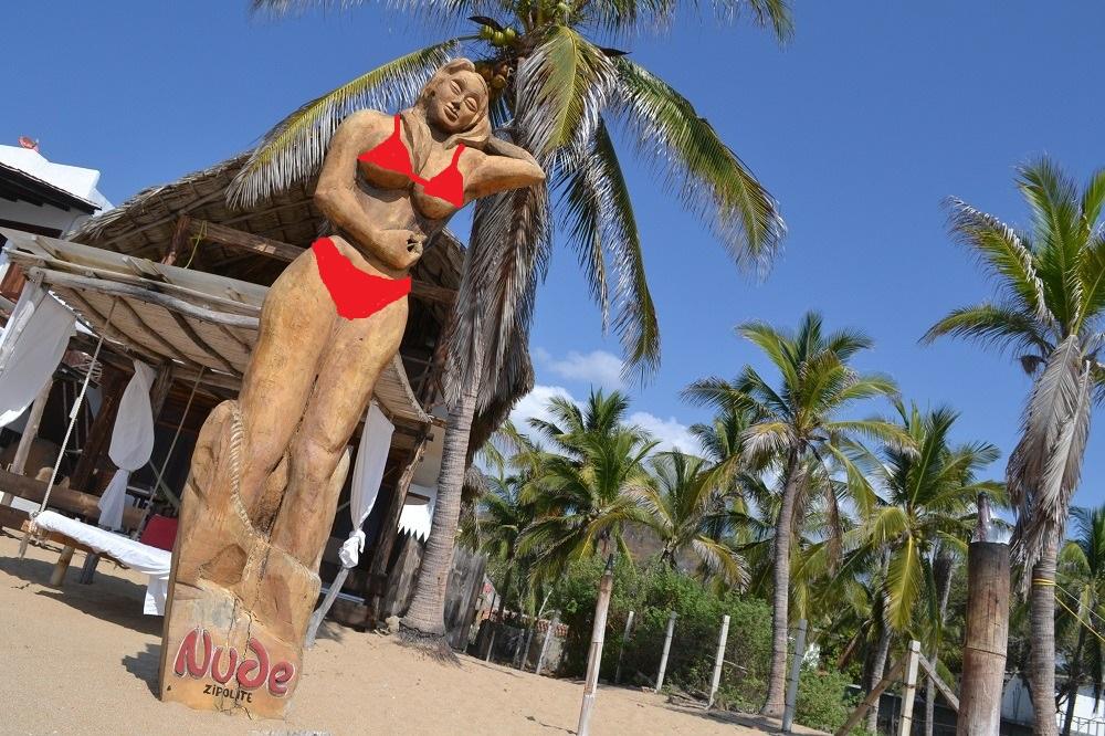 メキシコ・シポリテのヌーディストビーチ(木像)の写真