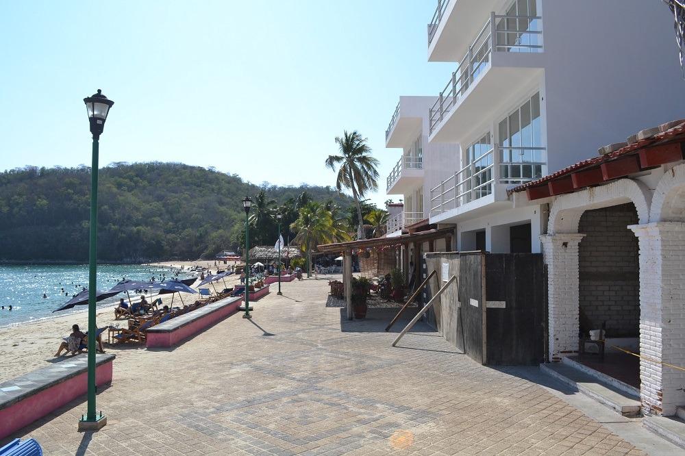 メキシコ・ウアトゥルコのビーチ周辺の建物の写真