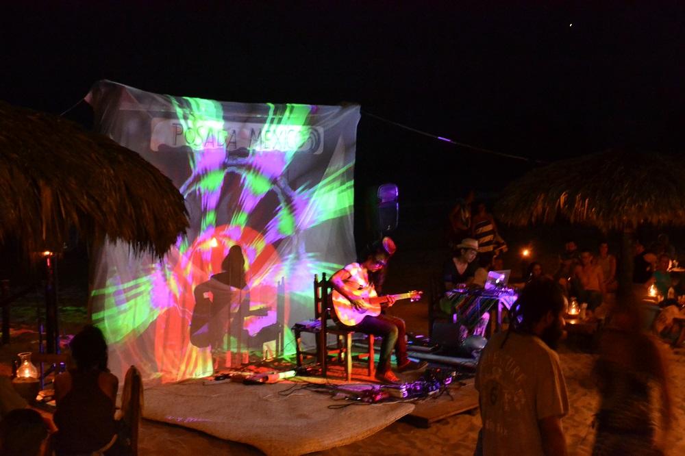 メキシコで行われた日本人パフォーマンス(ギター)の写真
