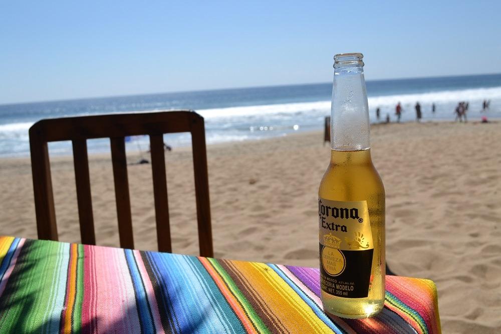 メキシコ・シポリテの海とコロナビール(バー)の写真