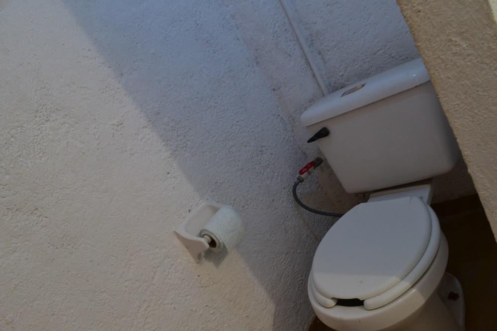 シポリテの安宿Hotel Hostsl Teresaのトイレの写真