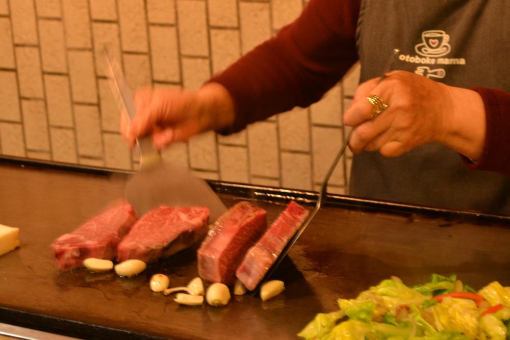 徳島県鳴門市の高級ステーキ店のカウンター席(調理中)の写真