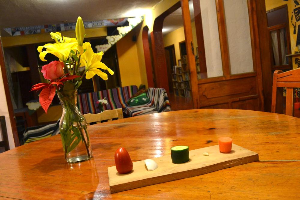 サンクリストバルの日本人宿カサカサのリビング(花と夜ご飯)の写真