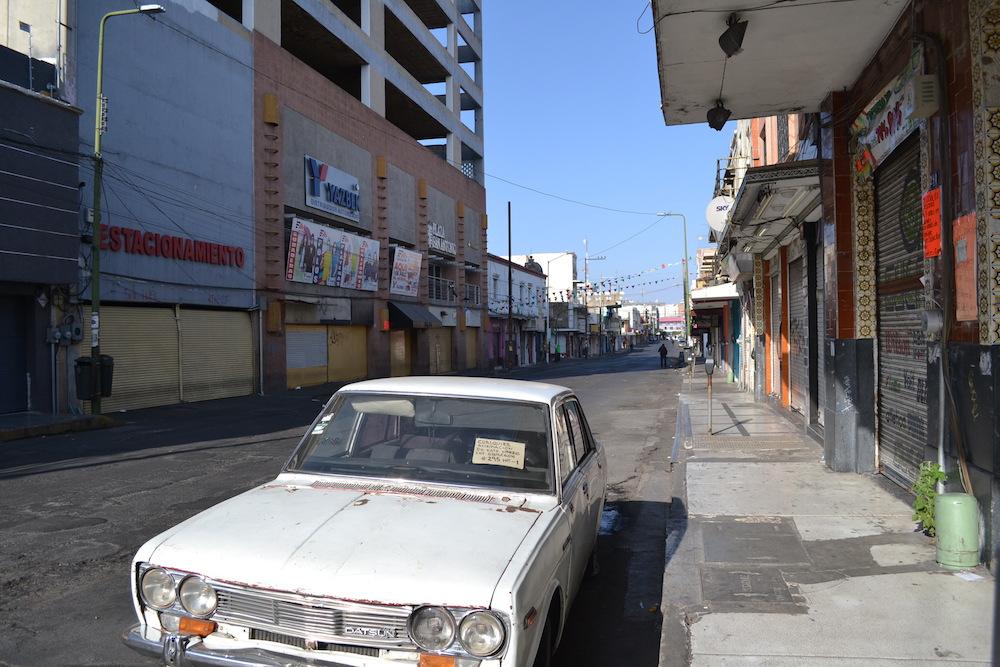 メキシコ・グアダラハラの住宅街(車)の写真