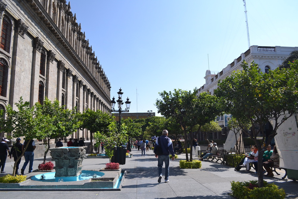 メキシコ・グアダラハラの広場とコロニアル建築の写真
