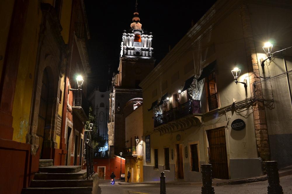 メキシコ・グアナファトの夜景(道と教会)の写真