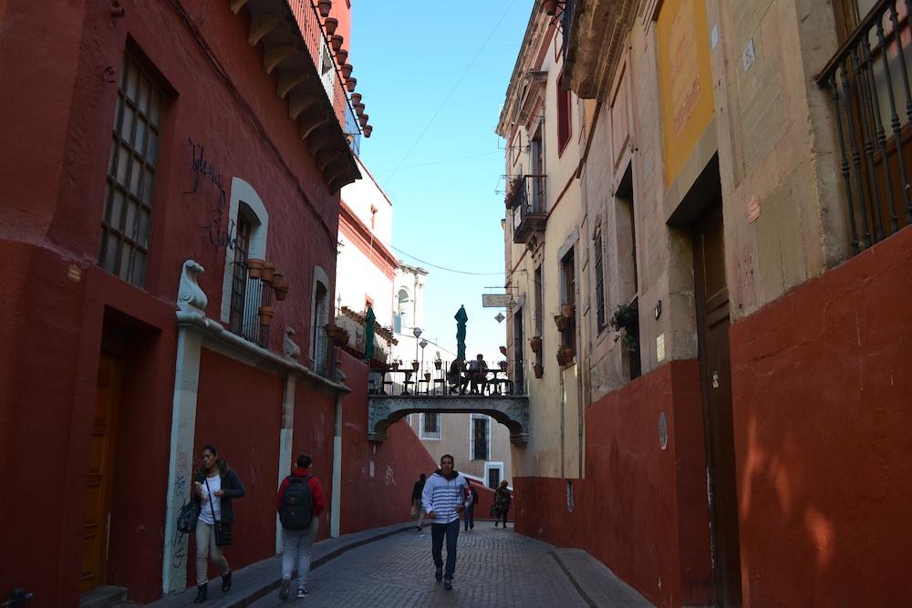 メキシコ・グアナフアトの町並み(渡り廊下)の写真