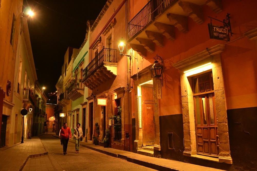 メキシコ・グアナフアトの夜の町並みの写真
