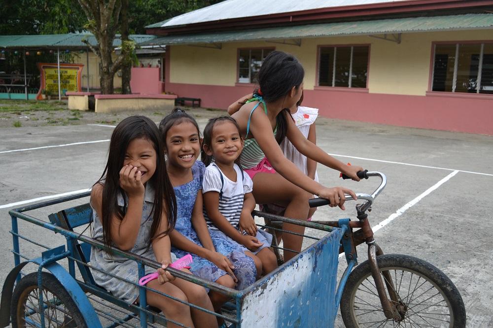 自転車で遊ぶフィリピンの子供たちの写真