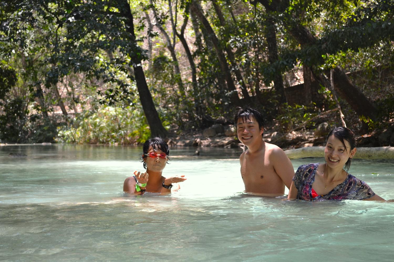 サンクリストバル・デ・ラス・カサスの日本人宿カサカサの皆でチフロンの滝遠足(川で泥パック)の写真