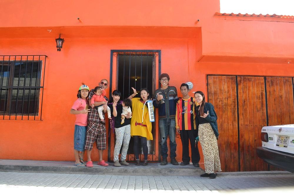 サンクリストバル・デ・ラス・カサスの日本人宿カサカサの前で集合写真