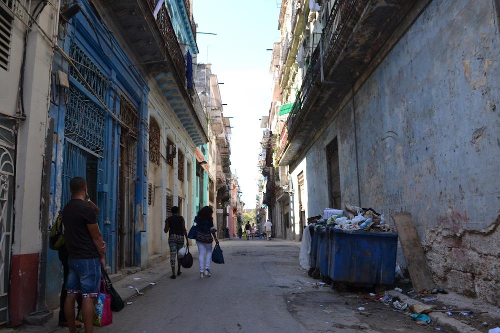 キューバ・ハバナの路地(ゴミ箱)の写真