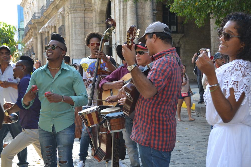 キューバ・ハバナのストリート生ライブの写真