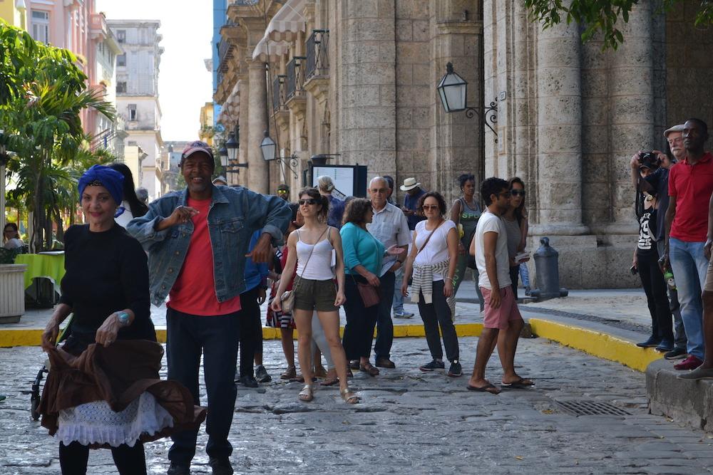 キューバ・ハバナの観光地区でサルサを踊る人々の写真