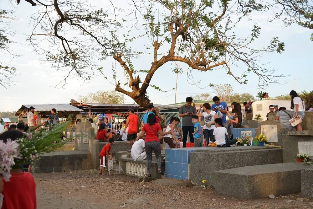 フィリピンのお墓参りの様子の写真