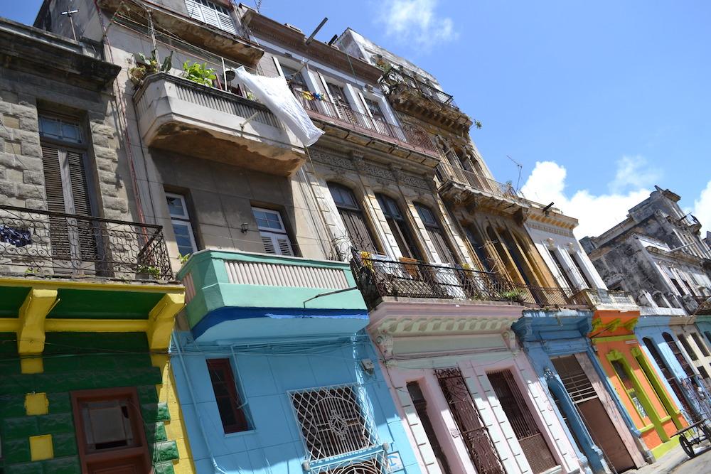 キューバ・ハバナのカラフルな住宅地の写真