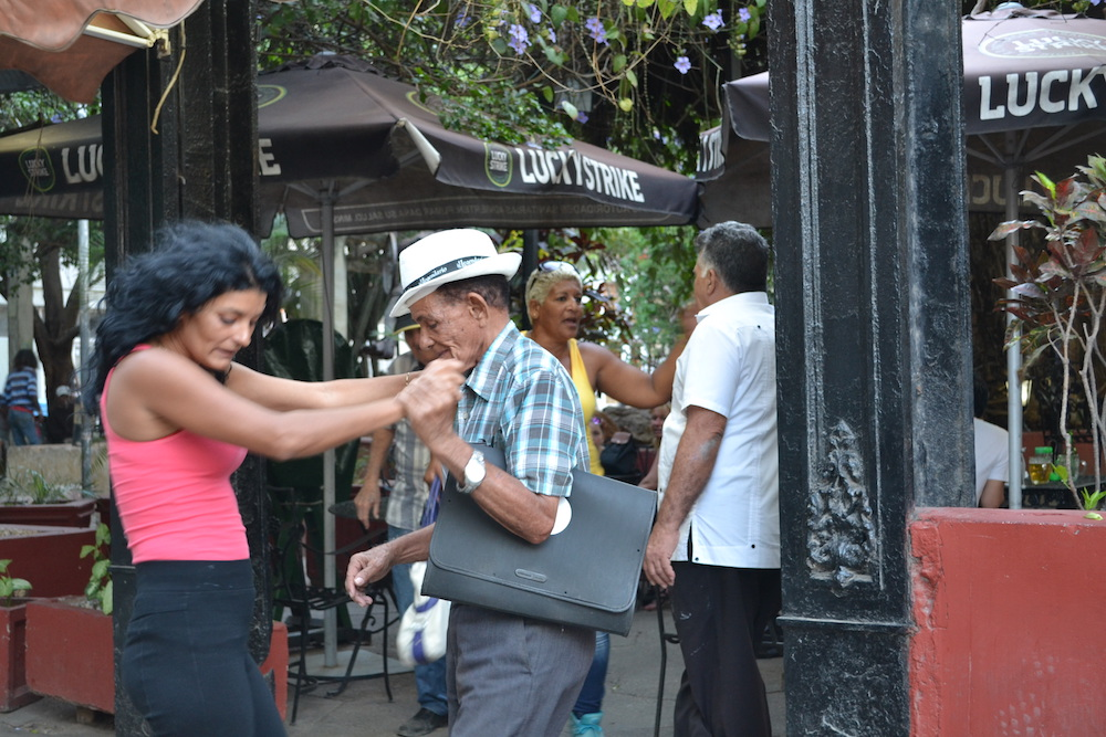 キューバ・ハバナの観光地区でサルサを踊るおじいさんの写真