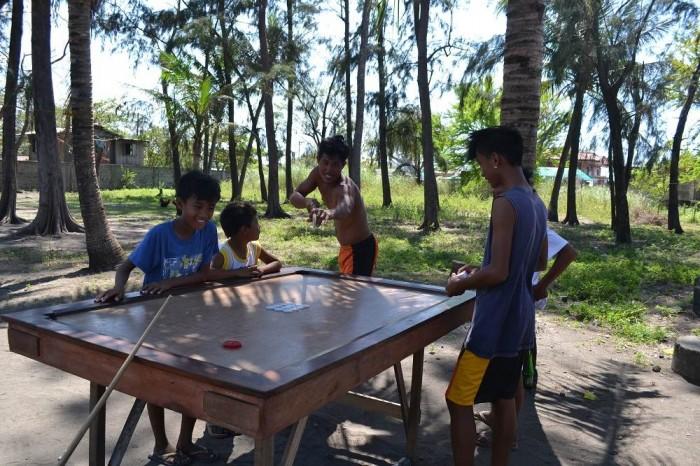 ビリヤードをするフィリピン人の写真