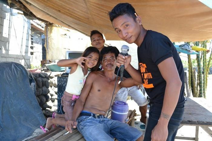 カラオケをするフィリピン人の写真