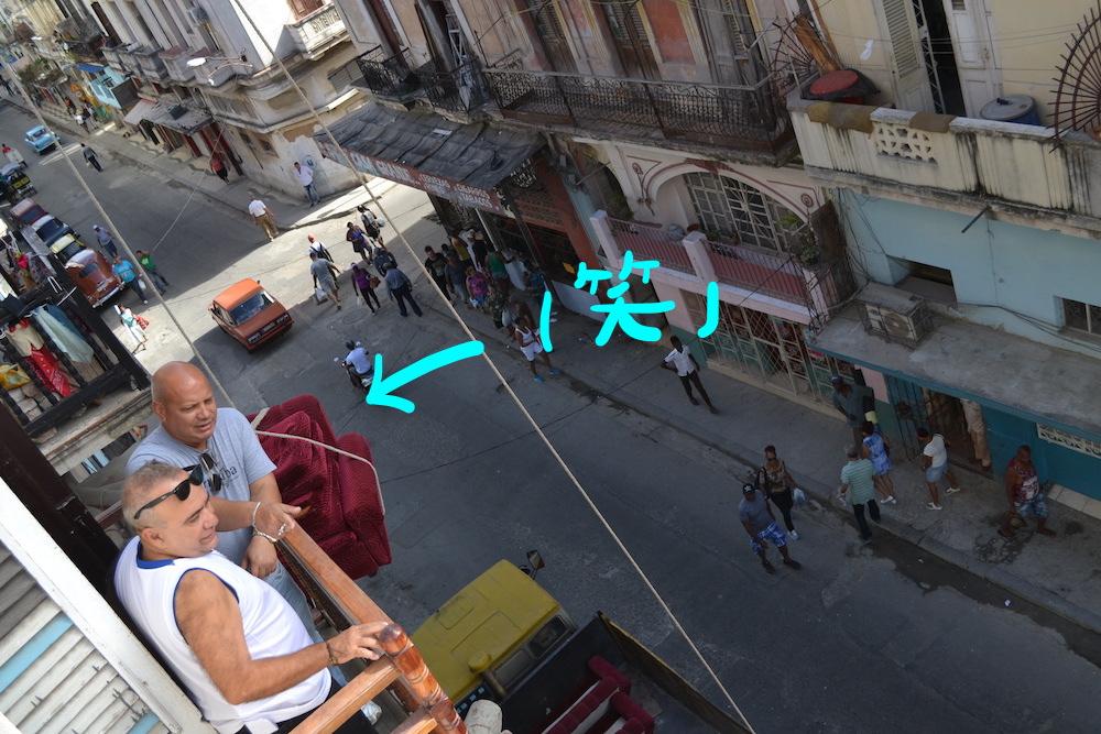 キューバ流のお買い物(椅子を3階へ(笑))の写真