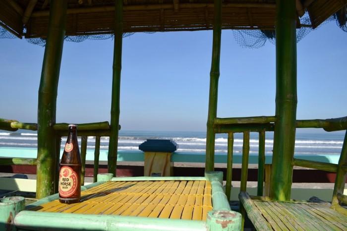 海とビールの写真