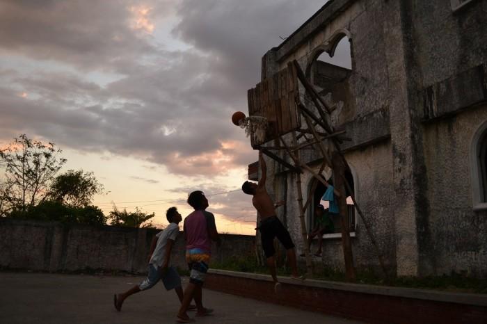 バスケをするフィリピン人の写真
