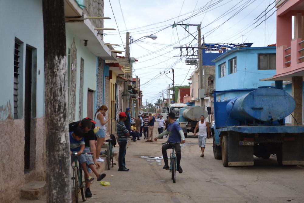 キューバ・トリニダーの町並み(行き交う人々)の写真