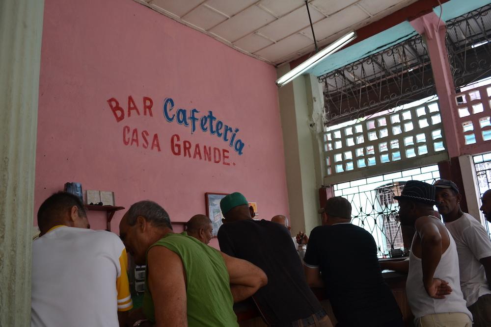 キューバ・ハバナの大衆酒場の写真