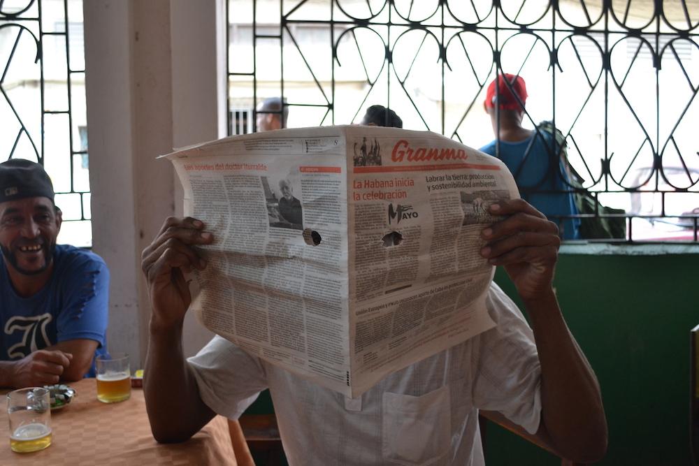 キューバ・ハバナの大衆酒場にいたおじちゃんの写真