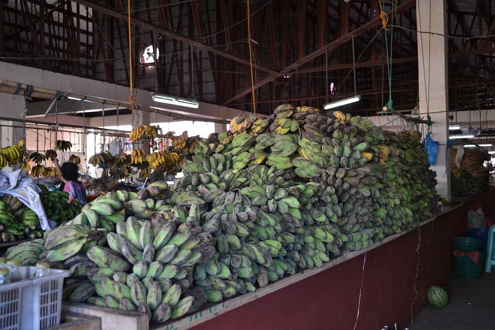 市場に並ぶバナナの写真