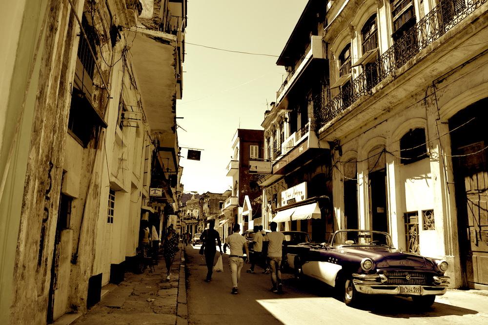 キューバ・ハバナの住宅地(セピア)の写真
