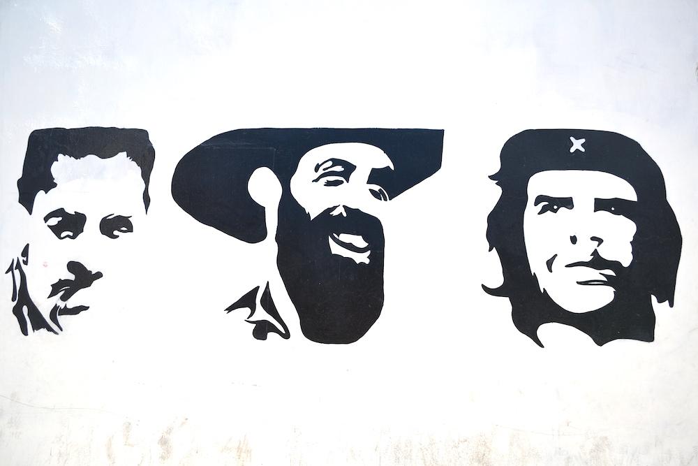 キューバ の偉人壁画(チェゲバラ・シエンフェゴス・と、誰でしょう?)の写真