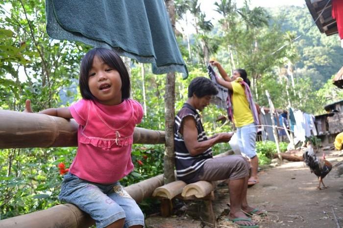 バナウェの民家にいた少女の写真