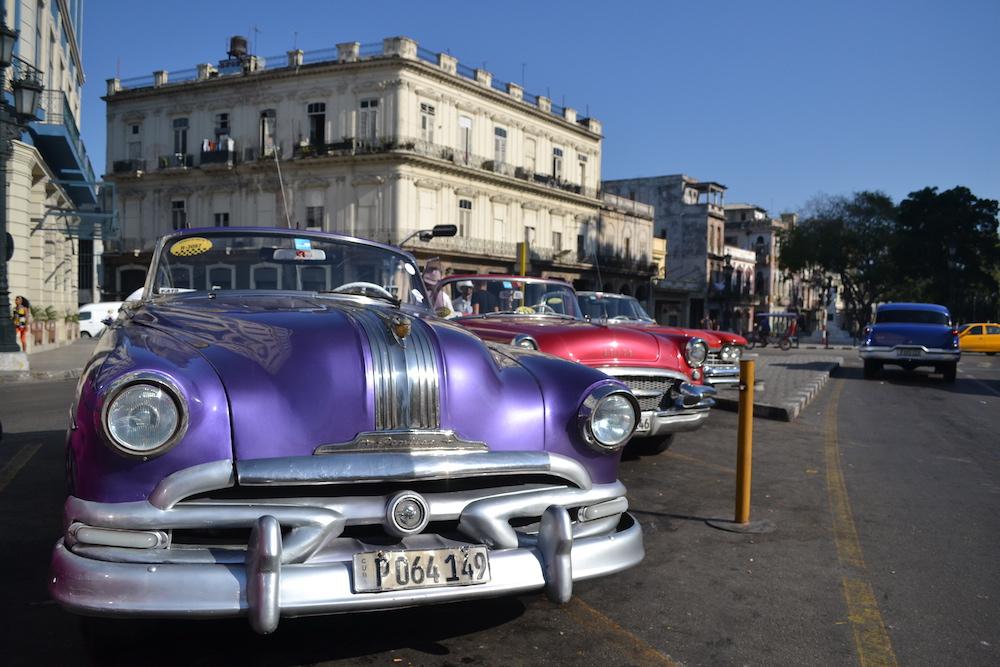 キューバ・ハバナのクラシックカー(紫)の写真