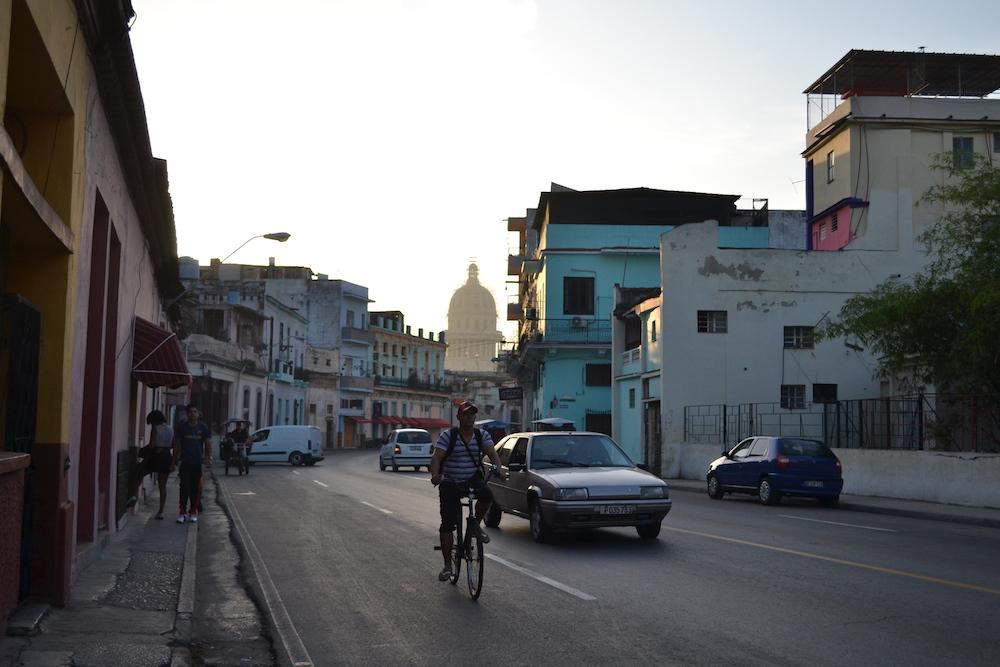 キューバ・ハバナの朝、クラシックカーが走っていない写真