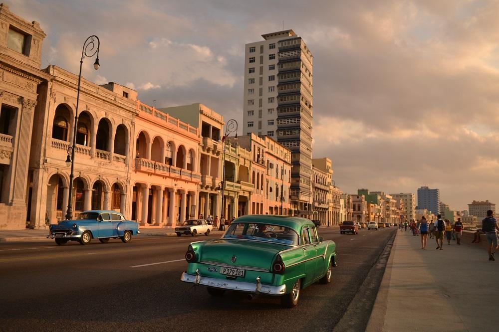 キューバ・ハバナの海沿いを走るアメ車の写真